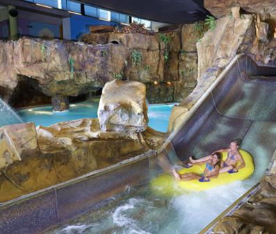 Subtropische zwembaden met glijbanen